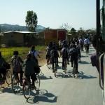 Kakching, dzieci wesolo wybiegly ze szkoly