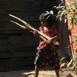 Dziewczynka z drewienkami