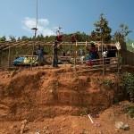 Moreh, budowniczowie granicznego plotu buduja sobie domek