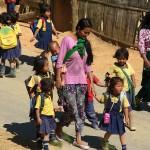 Singhat, dzieci wracaja ze szkoly