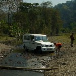 Gdzies przed Lopu, myjemy jeepa