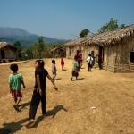 Khaikhy, dzieciarnia biegnie do szkoly