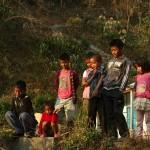 Dzieciaki przygladaja sie bawolobiciu